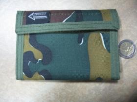 Maskáčová textilná peňaženka vzor WOODLAND so zapínaním na suchý zips bez retiatky, materiál 100% polyester
