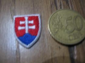 Slovensko - Slovakia malá nažehľovacia nášivka vyšívaná (možnosť nažehliť alebo našiť na odev) cca. 1,7x2,2cm
