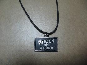 System of a Down  kovový chrómovaný prívesok na plastikovej šnúrke s kovovým zapínaním.