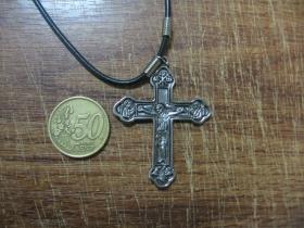 kríž kovový chrómovaný prívesok na krk na plastikovej šnúrke s kovovým zapínaním