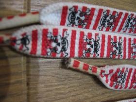 smrtky - lebky červenobiele pruhované tenšie ploché šnúrky do topánok dĺžka 110cm šírka 1cm materiál:100%polyester