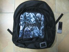 Slipknot ruksak čierny, 100% polyester. Rozmery: Výška 42 cm, šírka 34 cm, hĺbka až 22 cm pri plnom obsahu