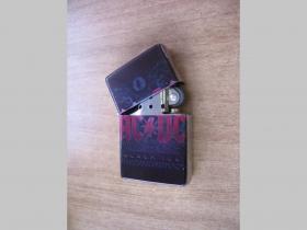 AC/DC, doplňovací benzínový zapalovač s vypalovaným obrázkom (balené v darčekovej krabičke)
