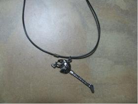 gitara   kovový chrómovaný prívesok na krk na plastikovej šnúrke s kovovým zapínaním