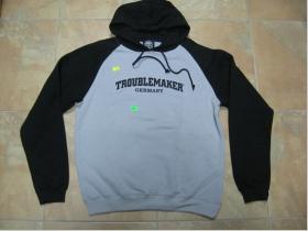 Troublemaker šedočierna pánska mikina s kapucou a tlačeným logom 70%bavlna 30%polyester, posledný kus XXL