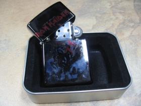 Iron Maiden, doplňovací benzínový zapalovač s vypalovaným obrázkom (balené v darčekovej krabičke)