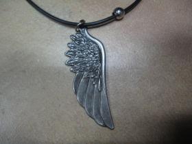 krídlo - chrómovaný prívesok na krk na plastikovej šnúrke s kovovým zapínaním
