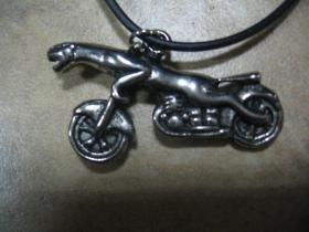 Panter - motorka chrómovaný prívesok na krk na plastikovej šnúrke s kovovým zapínaním