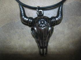 lebka - bizón chrómovaný prívesok na krk na plastikovej šnúrke s kovovým zapínaním