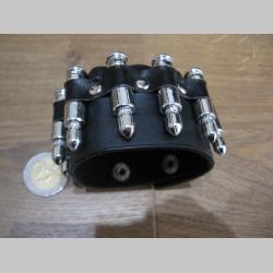 čierny kožený náramok vybíjaný plastovou imitáciou nábojov so zapínaním na cvok