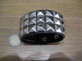 čierny koženkonkový náramok so zapínaním na cvok vybíjaný 3 radmi kovových chrómovaných pyramídiek