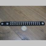 čierny koženkonkový náramok so zapínaním na cvok vybíjaný 2 radmi kovových chrómovaných cvočkov