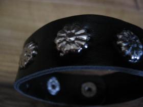 kožený vybíjaný náramok so zapínaním na cvok