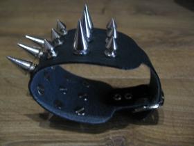3.radový kožený náramok vybíjaný chrómovanými špicami striedavo väčšími a menšími  so zapínaním na kovovú pracku (nastaviteľný obvod)