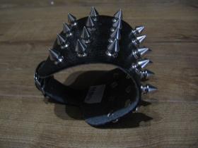 4.radový kožený náramok vybíjaný chrómovanými ostňami so zapínaním na kovovú pracku (nastaviteľný obvod)