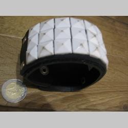 čierny kožený náramok so zapínaním na cvok s kovovou nadstavbou 3.rad biele pyramídy