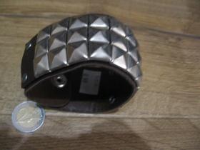 hnedý kožený náramok so zapínaním na cvok s kovovou nadstavbou 3.rad chrómované pyramídy , nastaviteľná veľkosť