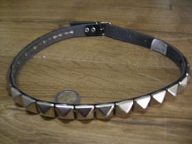 """kožený """" obojok """" na krk vybíjaný kovovými pyramídkami, 1. radový nastaviteľná veľkosť, zapínanie na kovovú pracku"""