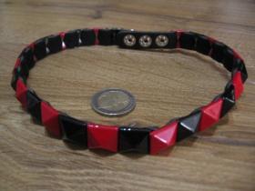 """"""" obojok """" na krk vybíjaný červenými a čiernymi kovovými pyramídkami, 1. radový nastaviteľná veľkosť, zapínanie na kovové cvoky, imitácia kože"""