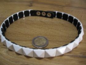 """"""" obojok """" na krk vybíjaný bielymi kovovými pyramídkami, 1. radový nastaviteľná veľkosť, zapínanie na kovové cvoky, imitácia kože"""