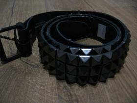 3.radový kožený opasok vybíjaný čiernymi kovovými pyramídkami, nastaviteľná veľkosť od 103 do 118cm
