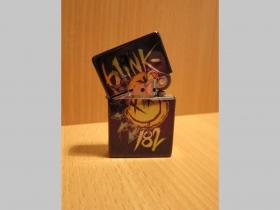 Blink 182, doplňovací benzínový zapalovač s vypalovaným obrázkom (balené v darčekovej krabičke)